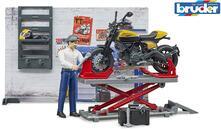 Officina motociclette con moto Ducati Scrambler Full Throttle