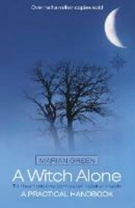 A Witch Alone: Thirteen Moons to Master Natural Magic - Marian Green - cover