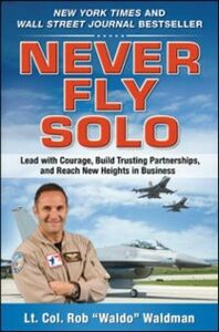 Foto Cover di Never Fly Solo: Lead with Courage, Build Trusting Partnerships, and Reach New Heights in Business, Ebook inglese di Robert &quote,Waldo&quote, Waldman, edito da McGraw-Hill Education