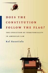 Foto Cover di Does the Constitution Follow the Flag?: The Evolution of Territoriality in American Law, Ebook inglese di Kal Raustiala, edito da Oxford University Press