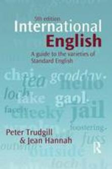 International English: A guide to the varieties of Standard English - Peter Trudgill,Jean Hannah - cover