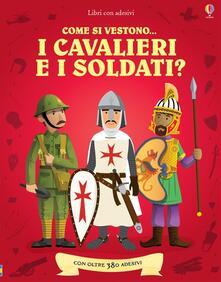 Camfeed.it Come si vestono i cavalieri e i soldati? Con adesivi. Ediz. illustrata Image