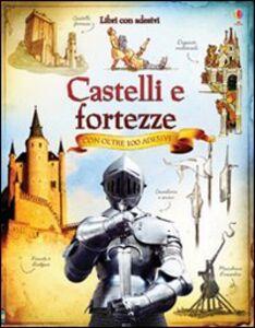 Foto Cover di Castelli e fortezze. Con adesivi, Libro di AA.VV edito da Usborne Publishing
