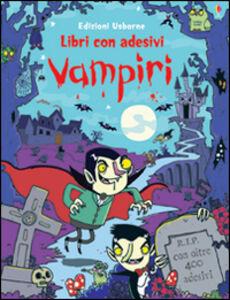 Foto Cover di Vampiri. Con adesivi, Libro di Kirsteen Robson,Seb Burnett, edito da Usborne Publishing