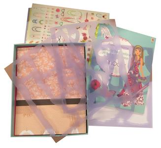 Libro Stilista per gioco. Atelier Usborne. Vesto le bamboline. Con adesivi Fiona Watt , Stella Baggott , Antonia Miller 2