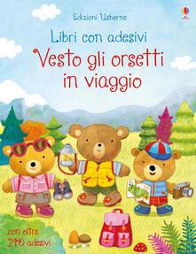 Vitalitart.it Vesto gli orsetti in viaggio. Con adesivi. Ediz. illustrata Image