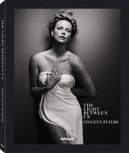 The light between us. Ediz. inglese, tedesca e francese - Vincent Peters - copertina