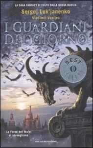 Foto Cover di I guardiani del giorno, Libro di Sergej Luk'janenko,Vladimir Vasilev, edito da Mondadori