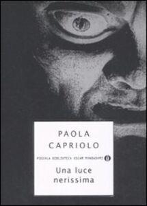 Libro Una luce nerissima Paola Capriolo