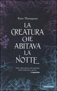 Foto Cover di La creatura che abitava la notte, Libro di Kate Thompson, edito da Mondadori