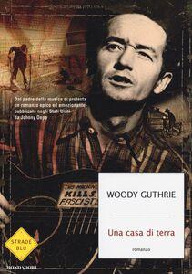 Foto Cover di Una casa di terra, Libro di Woody Guthrie, edito da Mondadori