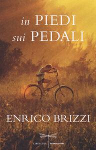 Foto Cover di In piedi sui pedali, Libro di Enrico Brizzi, edito da Mondadori