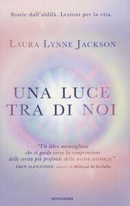 Libro Una luce tra di noi Laura Lynne Jackson