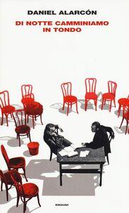 Foto Cover di Di notte camminiamo in tondo, Libro di Daniel Alarcón, edito da Einaudi