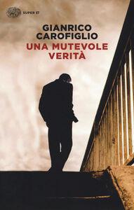 Libro Una mutevole verità Gianrico Carofiglio