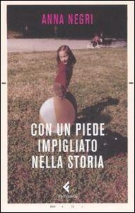 Foto Cover di Con un piede impigliato nella storia, Libro di Anna Negri, edito da Feltrinelli