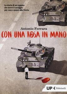 Libro Con una rosa in mano Antonio Ferrara