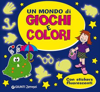 Libro Un mondo di giochi e colori. Con adesivi