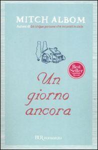 Foto Cover di Un giorno ancora, Libro di Mitch Albom, edito da BUR Biblioteca Univ. Rizzoli