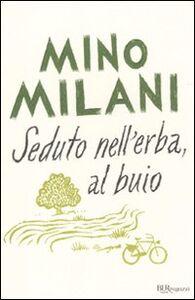 Libro Seduto nell'erba, al buio Mino Milani