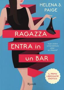 Winniearcher.com Ragazza entra in un bar Image