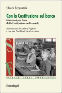 Libro Con la Costituzione sul banco. Istruzioni per l'uso della Costituzione nelle scuole Chiara Bergonzini