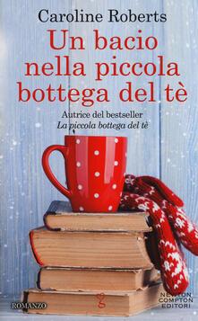 Un bacio nella piccola bottega del tè - Caroline Roberts - copertina