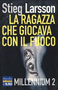 Foto Cover di La ragazza che giocava con il fuoco. Millennium. Vol. 2, Libro di Stieg Larsson, edito da Marsilio