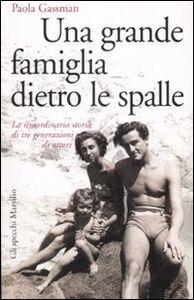 Libro Una grande famiglia dietro le spalle. La straordinaria storia di tre generazioni di attori Paola Gassman
