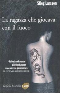 Foto Cover di La ragazza che giocava con il fuoco, Libro di Stieg Larsson, edito da Marsilio