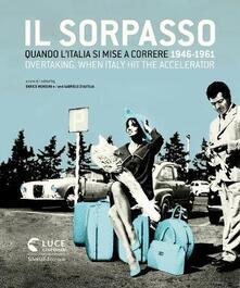 Il sorpasso. Quando l'Italia si mise a correre (1946-1961). Catalogo della mostra (Roma, 12 ottobre 2018-3 febbraio 2019). Ediz. italiana e inglese - copertina