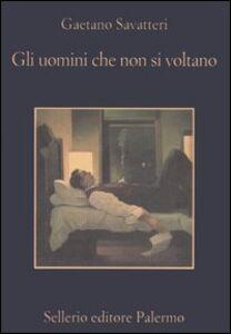 Foto Cover di Gli uomini che non si voltano, Libro di Gaetano Savatteri, edito da Sellerio Editore Palermo