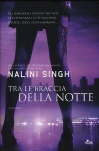 Libro Tra le braccia della notte Nalini Singh