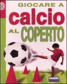 Giocare a calcio al coperto. Con gadget - Mark Hillsden - copertina