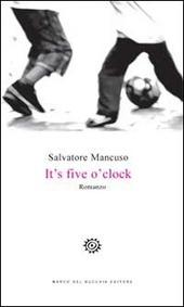 It's five o'clock. Ediz. italiana