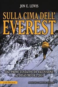 Foto Cover di Sulla cima dell'Everest. Dal primo tentativo di ascensione al disastro del 2014, Libro di Jon E. Lewis, edito da Newton Compton