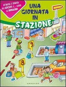 Una giornata in stazione. Con adesivi - Silvia Gaudenzi,Laura Rapelli - copertina