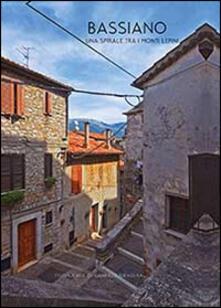 Bassiano. Una spirale tra i Monti Lepini. Ediz. italiana e inglese - Gabriele Siragusa - copertina