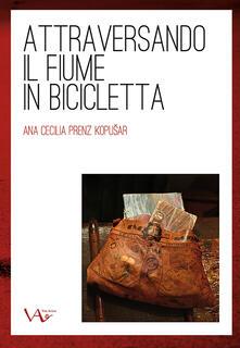 Attraversando il fiume in bicicletta - Ana Cecilia Prenz - copertina