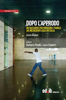 Dopo l'approdo. Un racconto per immagini e parole sui richiedenti asilo in Italia. Ediz. illustrata - copertina